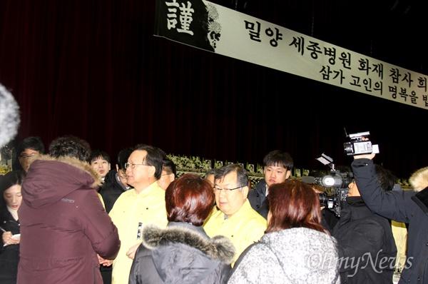 김부겸 장관이 27일 오전 밀양문화체육회관에 마련된 '밀양 세종병원 화재참사 희생자 합동분향소'에 조문한 뒤 유족들을 위로하고 있다.