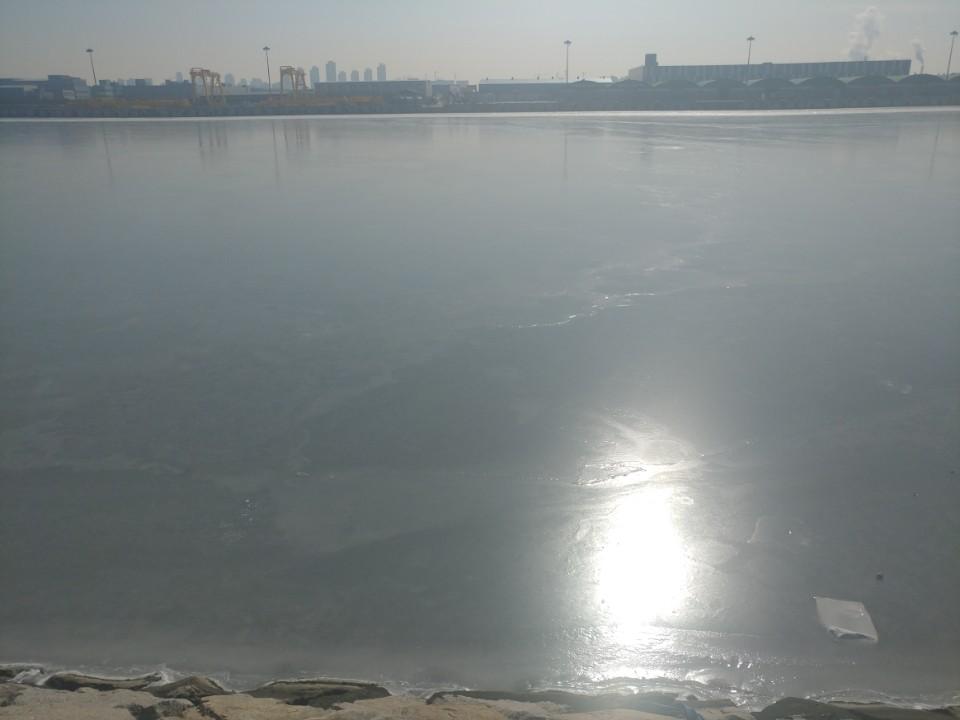'경인아라뱃길' 결빙 얼어붙은 '경인아라뱃길'
