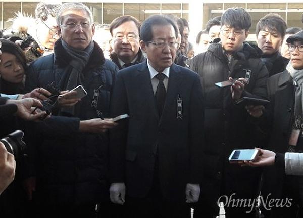 홍준표 자유한국당 대표가 27일 오후 밀양 세종병원 화재 참사 현장과 희생자 합동분향소를 방문했다.