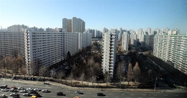고가주택 보유세 인상 방안 검토 정부의 1가구 1고가주택 보유세 인상 방안이 검토되고 있다. 사진은 서울 송파구의 한 아파트 단지.