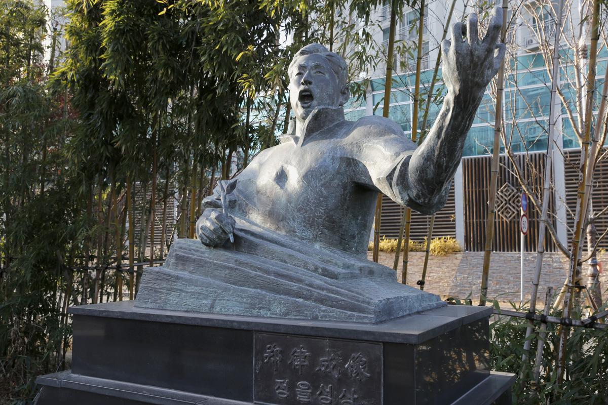 중국에서 혁명음악가로 활동한 정율성의 흉상. 그가 태어난 광주광역시 남구의 양림동 휴먼시아아파트 옆 도로변에 세워져 있다.