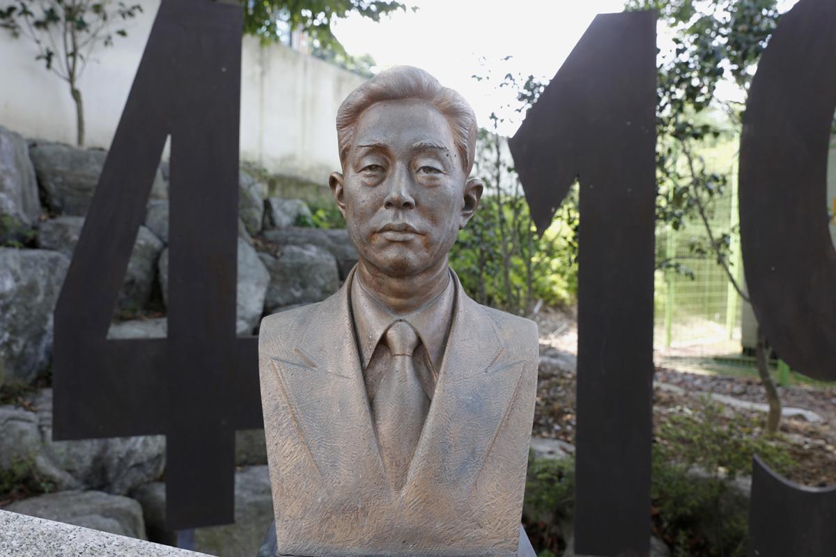 정율성 흉상. 그가 초등학교 1∼2학년 시절을 보낸 전남 화순의 능주초등학교에 세워져 있다.