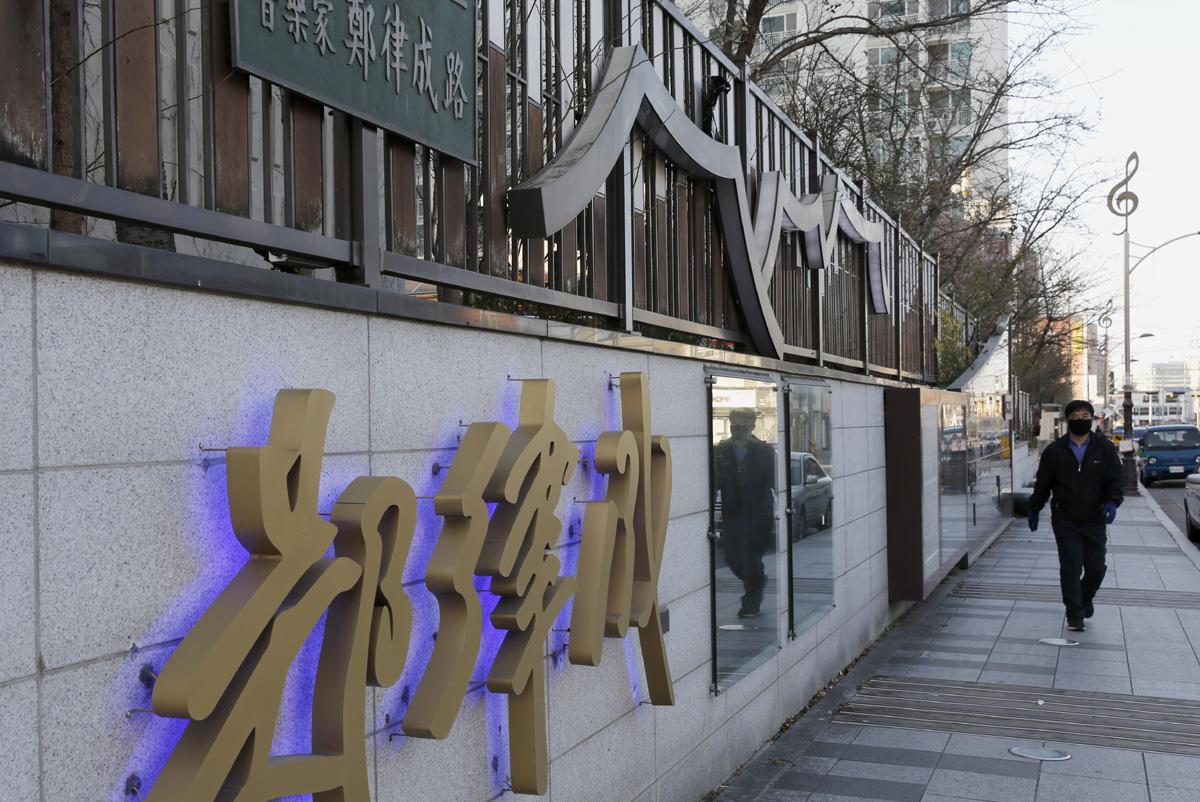 정율성 거리 전시관 풍경. 정율성이 태어난 광주광역시 남구의 양림휴먼시아의 담장 233m에 걸쳐 만들어져 있다.