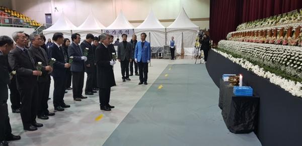 박종훈 경남도교육감은 27일 오후 밀양문화체육회관에 마련된 '밀양 세종병원 화재참사 희생자 합동분향소'를 찾아 조문했다.