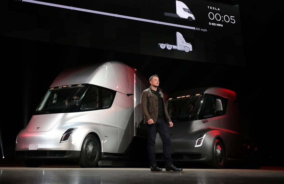 2017년 11월 테슬라의 일론 머스크가 자율주행 기능을 탑재한 전기 트럭의 생산계획을 발표하고 있다.