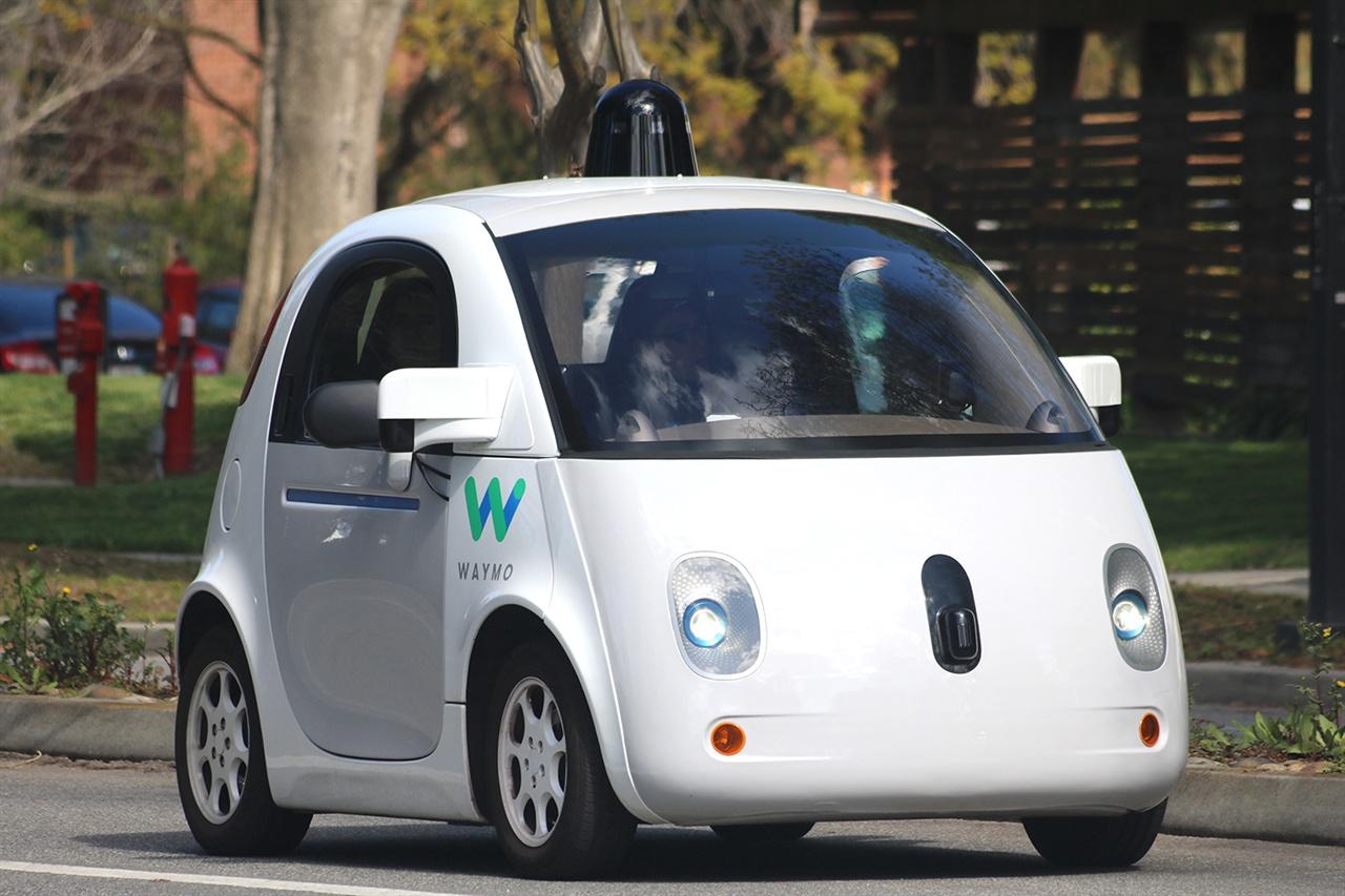 자율주행 기술의 선두를 달리고 있는 웨이모의 실험자동차. 자율주행 기술이 빠르게 발전해 오기는 했으나, 실제 상용화까지는 갈 길이 멀다.