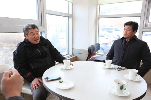 박감독의 형 삼서씨(왼쪽)가 허기도 군수와 대화를 하고 있다.