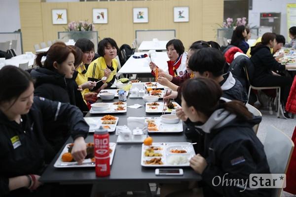 함께 식사하는 남북 선수들 평창 동계올림픽 단일팀으로 뛰게 될 북측 여자 아이스하키 선수들이 충북 진천선수촌에서 남측 선수들과 합동훈련을 시작한 가운데 28일 남북 선수들이 함께 식사를 하고 있다.