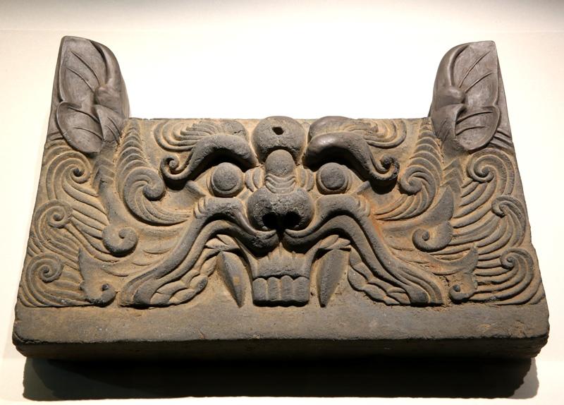 6세기 이전에도 신라에는 거대한 규모의 절이 적지 않았던 것으로 추정된다. 신라 칠처가람(七處伽藍·일곱 군데의 큰 절)은 이를 증명한다. 그중 한 절터에서 출토된 '사자 무늬 문고리'.