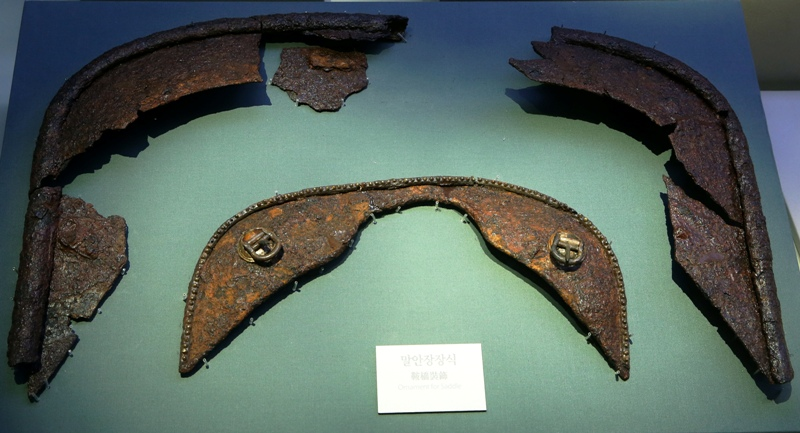 이차돈과 법흥왕이 살던 시대 신라인들이 만든 말안장 장식. 1천500년 전 것이라고는 믿을 수 없을 만큼 정교하고 미려하다.