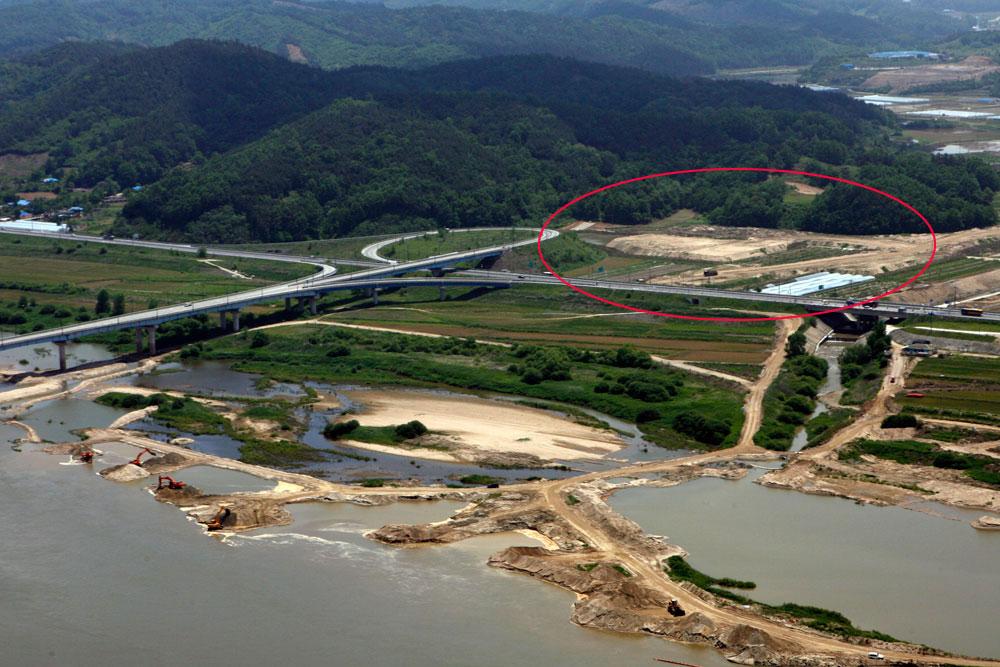 4대강 사업이 진행되던 2011년 충남 부여군 저석리 농경지에 리모델링 사업으로 강에서 퍼낸 모래를 쌓아 놓았다.