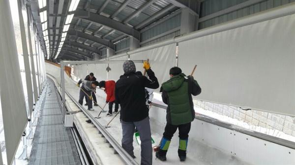 평창 알펜시아 슬라이딩 센터에서 작업하고 있는 아이스메이커들의 모습. (조경인 매니저 본인 제공)