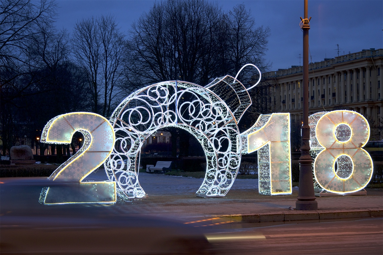러시아의 1월은 매우 특별한 달이다. 열흘의 신년 연휴가 있을 뿐 아니라, 크리스마스, 예수세례축일, '구 신년일'이 모여있기 때문이다. 사진은 거리의 신년 장식조명.
