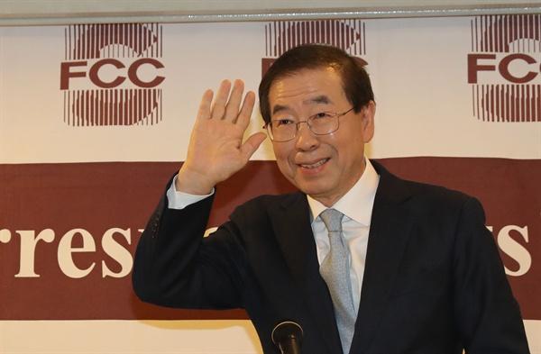 박원순 서울시장이 30일 오후 서울 프레스센터에서 열린 외신기자회견에서 자리에 앉고 있다.