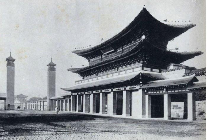 경복궁 동쪽으로 옮겨진 광화문 1929년, 일제가 광화문의 모습을 왜곡하여 변경한 모습을 확인할 수 있다.