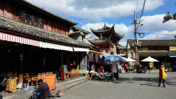 바이족 전통 마을, 시저우 풍경 식당과 카페, 기념품 가게가 세워지며 급속히 관광지로 변모해가고 있지만, 여전히 고샅길을 걷다 보면 전통 복장의 바이족을 어렵지 않게 만날 수 있다.