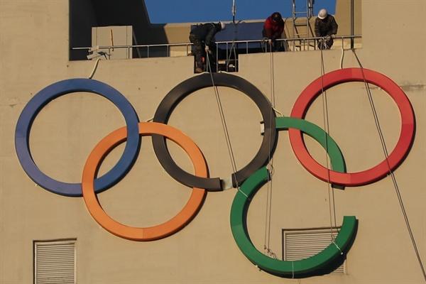 막바지에 이른 평창 동계올림픽 개막 준비 27일 강원도 평창군 알펜시아 올림픽파크의 스키점프대에서 작업자들이 오륜기 문양을 설치하고 있다.
