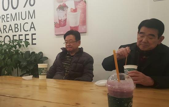 고성 읍내의 한 커피숍. 점심 후 도충홍 고성문화원장, 정호용 전 고성군의원(좌로부터) 등과 정담을 나누고 있다.