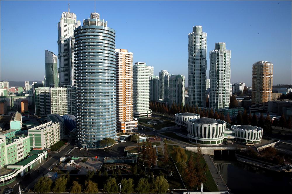 교원 아파트 20층에서 바라본 려명거리의 모습. 왼쪽 가운데 건물이 려명거리에서 가장 높은 건물이다.