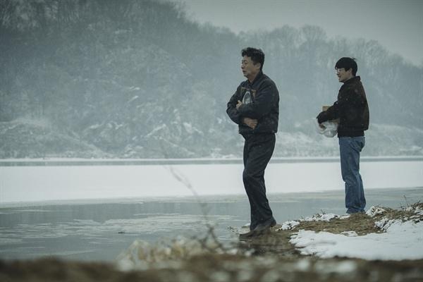 영화 <1987>의 한 장면. 박종철 열사의 아버지가 아들의 영정을 끌어안고 눈물 흘리고 있다.