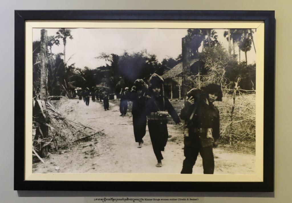 1978년 12월 크메르루즈정권 패망직전 캄보디아를 방문한, 미국의 유명종군기자 엘리자베스 베커가 찍은 어린 크메르루즈 여성 군인들의 모습.