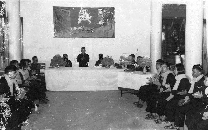 당시 최고권력핵심부 기관인 '앙카'가 주관한 집단결혼식에 참석한 젊은 남녀들. (사진 자료 제공 : Documentation Center of Cambodia)