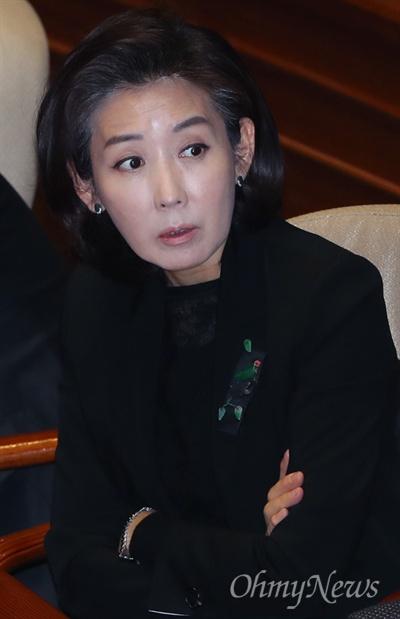 자유한국당 나경원 의원이 1일 서울 여의도 국회 본회의장에서 동료의원과 이야기 나누고 있다.