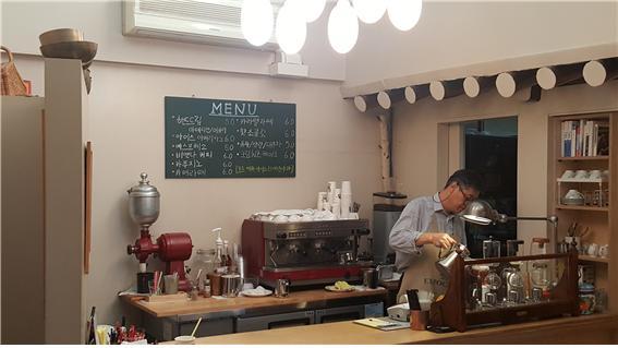 ▲ 이충열 대표님은 학림다방 뒤편에 자리한 학림커피에서 커피 로스팅도 하고 손님들에게 커피를 판매하기도 한다.