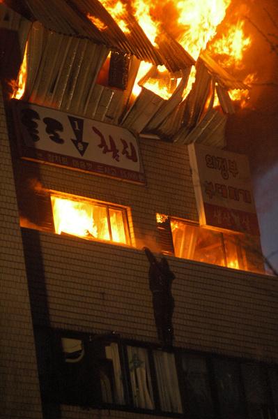 망루 화재 후 망루에서 탈출한 지석준 씨가 남일당 빌딩 난간에서 추락하기 직전의 상황
