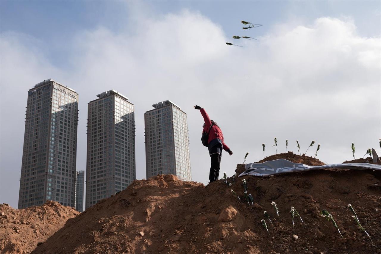 오랫동안 공터로 남아있던 용산4구역의 공사가 재개된 가운데 20016년 1월 24일 용산참사 7주기 추모제가 그 현장에서 열렸다.