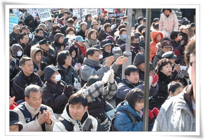 2008년 1.26 국제행동의 날에 주거권운동네트워크는 주거권행동을 조직하였다. 이 사진 안에는 용산참사 망루농성으로 구속되었던 철거민, 용산4구역 철거민회원들, 그리고 고 이상림 열사의 모습이 담겨있다.