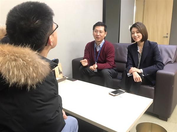 박성호(오른쪽), 손정은(왼쪽) 앵커가 <오마이뉴스>와 인터뷰를 하고 있다.