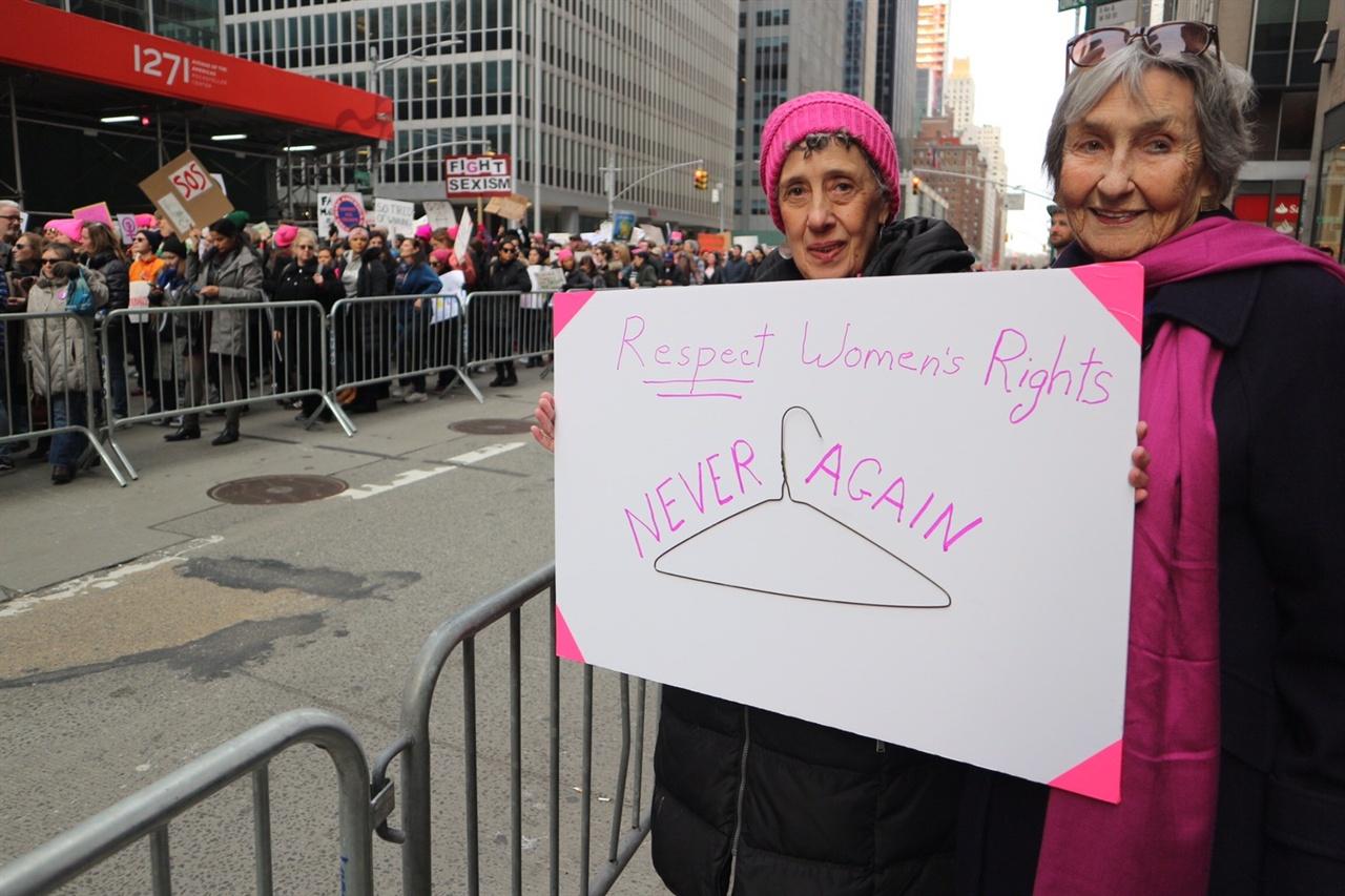 여성행진 인터뷰 참여자 말고(왼쪽)씨와 레베카(오른쪽)씨