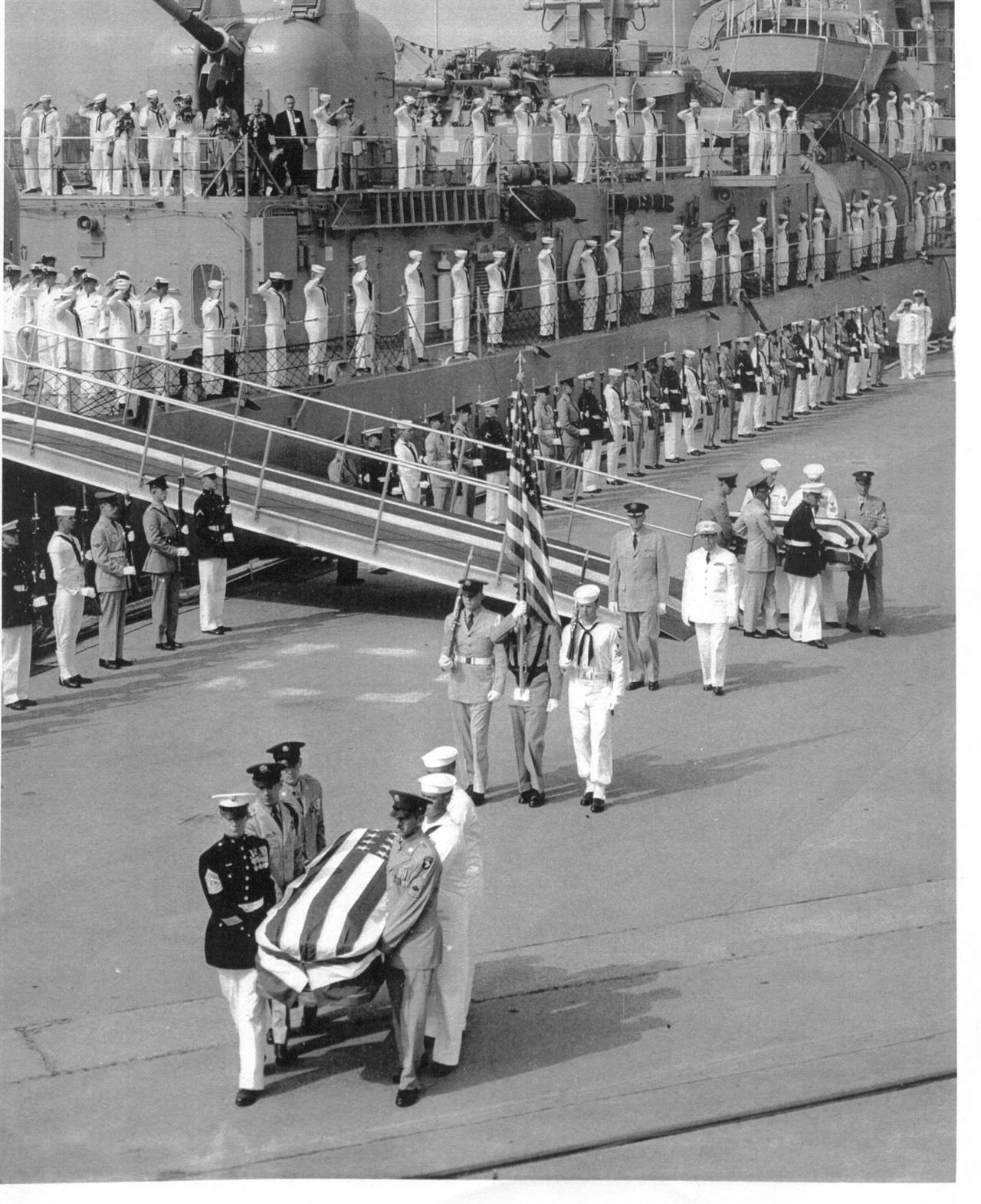 1958. 5. 28. 미군 무명용사의 시신을 성조기로 감싼 채 본국으로 송환하고 있다.