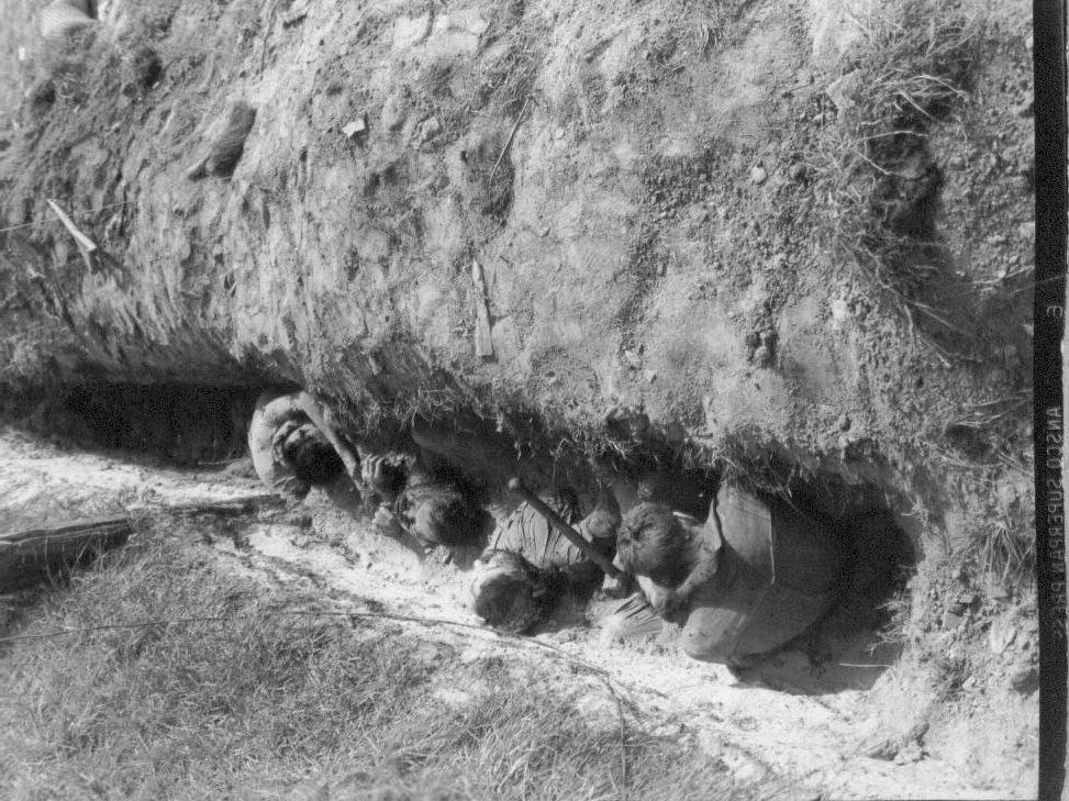 1950. 9. 29. 대전, 민간인 학살로 보이는 암매장된 시신들로 흉기인 해머가 옆에 놓여 있다.