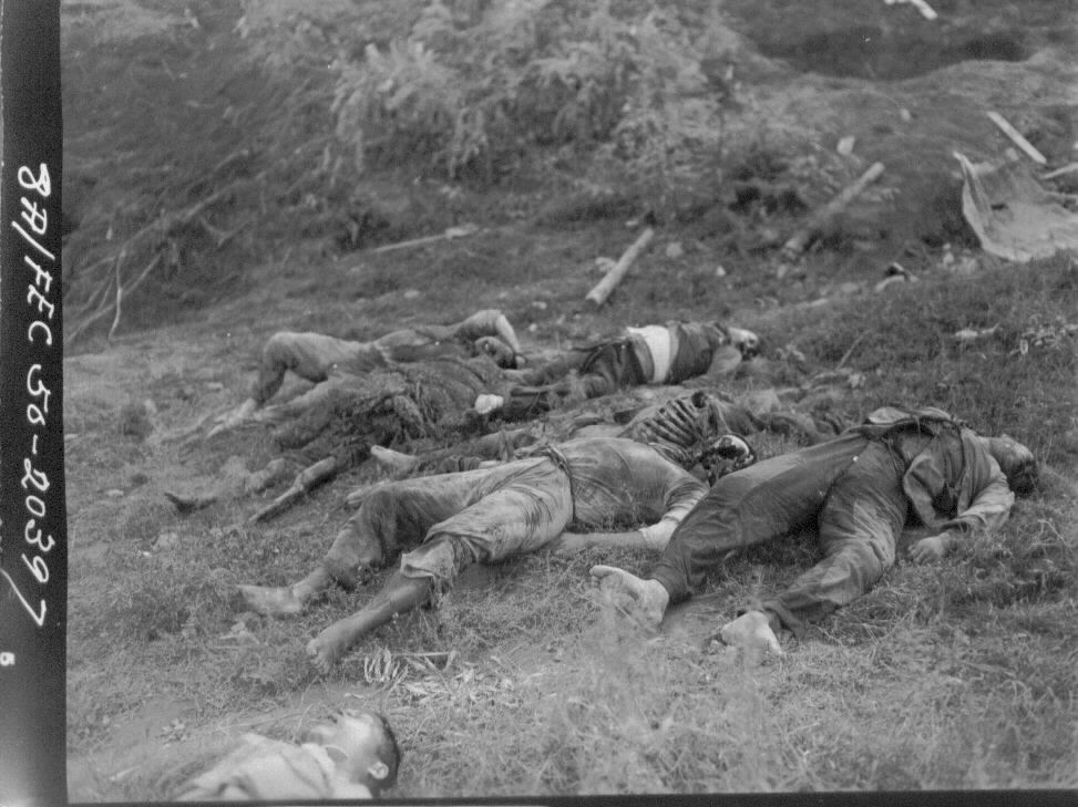 1950. 10. 14. 원산, 민간인 학살로 보이는 시신들.