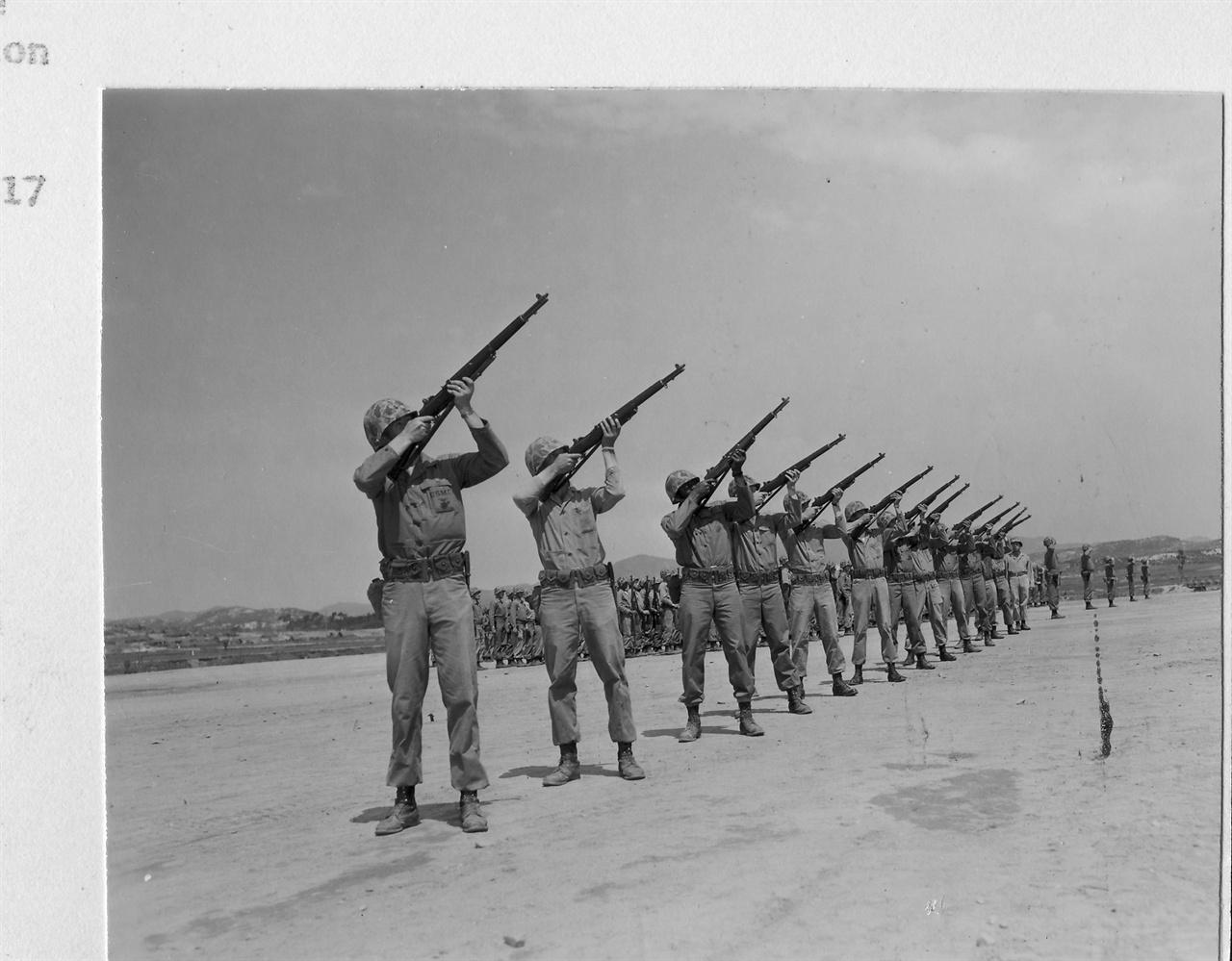 1953. 5. 16. 유엔군이 한 전우의 죽음에 조총을 쏘고 있다.