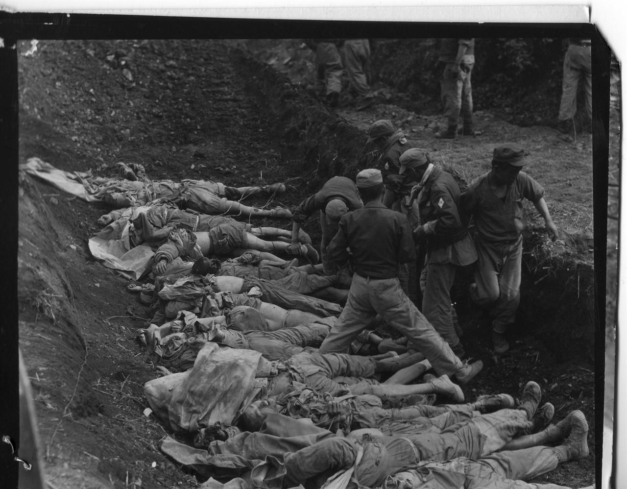 1951. 5. 24. 중국군 시신을 매장하고자 가지런히 눕히고 있다.