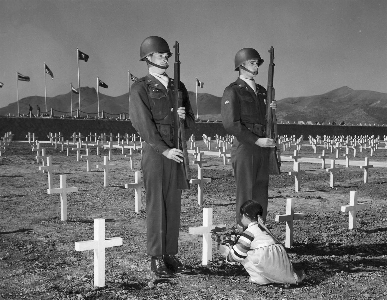 1951. 4. 부산 유엔군 묘지에 헌화하는 소녀.