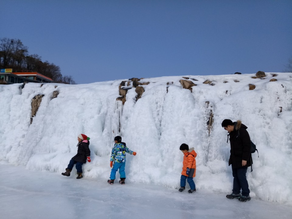 직탕폭포 얼음 위로 식구들이 나란히 걷는 중