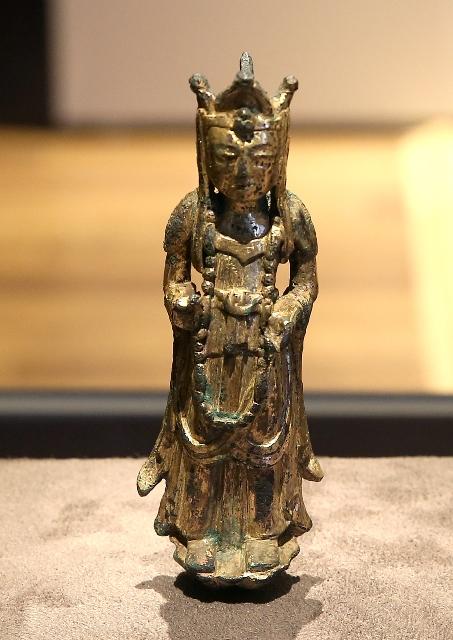 이차돈과 법흥왕이 살던 6세기에 제작된 것으로 추정되는 신라의 불상. 1천500년의 세월을 잊게 만들 만큼 여전히 아름답다.