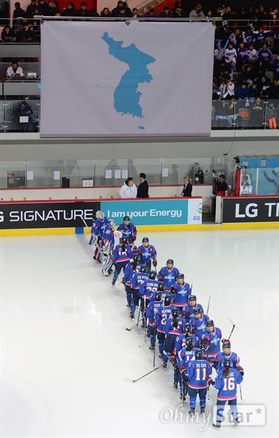 단일팀 첫 평가전, 한반도기와 아리랑 남북 여자 아이스하키 단일팀이 4일 오후 인천 선학링크에서 스웨덴과 첫 평가전을 벌였다. 경기에 앞서 한반도기(단일기)가 게양된 가운데 단일팀 국가로 아리랑이 울려퍼졌다.