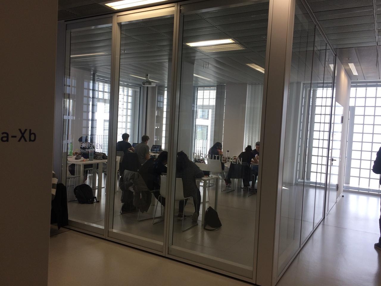 독일 도서관 내부 스터디룸