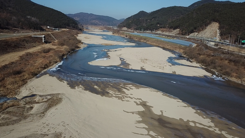 11월 13일 낙동강 합천보 수문 개방 이후 강물이 빠지자, 회천이 거의 복원됐다. 합천보의 수문 개방은 지천도 빠르게 회복시켰다. 2017년 12월 회천의 모습.