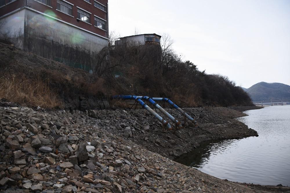 물밖으로 드러난 양수구 말단부위를 연결해 다시 강물 속으로 넣어주는 양수장 개선사업이 추가로 필요하다. 이러한 결과를 초래한 것은 운하에 고집한 MB의 탐욕 때문이라고 생각한다. 양수장 개선 비용은 MB에게 그 책임을 물어야 한다.