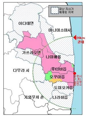 일본 원전피난지역 현황(2017년 4월). 총면적은 371제곱킬로미터(㎢)로, 전체 후쿠시마현 면적의 2.7%에 불과하다. 분홍색 표시는 귀환 곤란 구역, 살구색 표시는 거주제한구역, 녹색 표시는 피난 지시 해제 준비 구역, 점 표시는 피난 지시 해제 구역을 의미한다. 오른쪽 해안에 표시된 빨간 점이 2011년 3월 사고가 발생한 후쿠시마 제1원전이다.