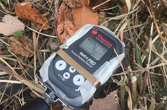 2016년 11월 그린피스 방사선 방호 전문가팀이 방문 조사한 이타테 마을의 고농도 오염 지점 방사선 수치(11.7마이크로시버트/1시간)를 보여주는 사진. 일본의 자연 상태 방사선이 평균 0.1마이크로시버트인 것과 비교하면 100배에 달하는 방사선 수치가 측정된 것이다.