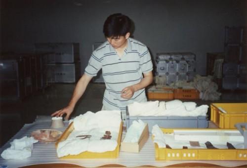글쓴이가 학예사로 일하며 유물을 포장하던 모습