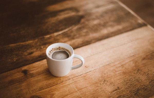 커피는 복잡한 생각을 멈추고 싶을 때, 위안받고 싶을 때, 외롭지 않은 혼자이고 싶을 때, 사소한 즐거움이 고플 때 언제나 가장 좋은 파트너가 되어 준다