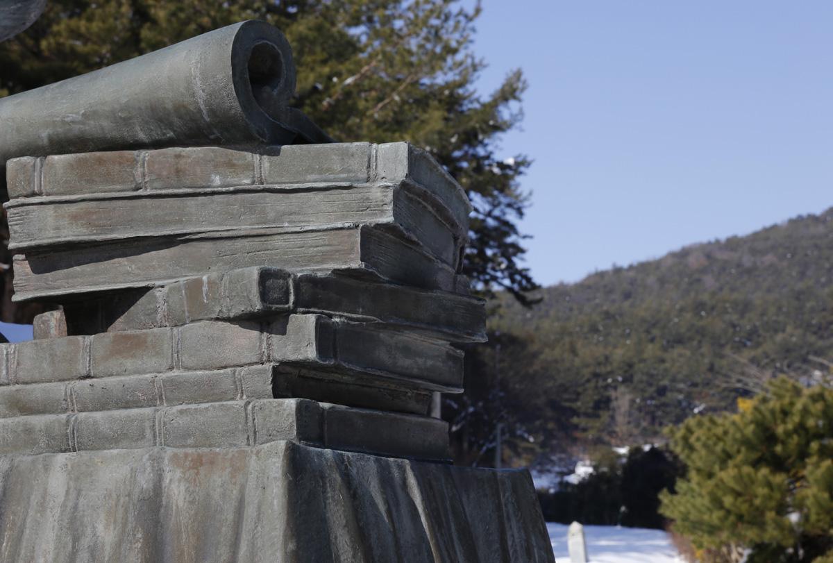 성리학의 상징 책들. 내산서원 입구, 수은 강항 선생의 앉아있는 동상에 함께 설치돼 있다.